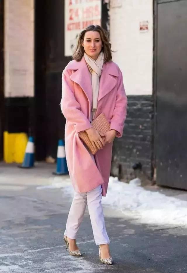 粉色外套搭配灰色毛衣